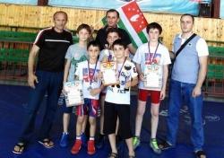 АБХАЗИЯ: Две золотые и две серебряные: абхазские спортсмены – призеры Республиканского турнира по вольной борьбе в Чечне